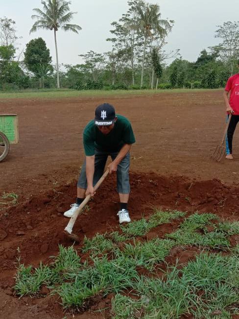 Wakil Ketua BPD Ajak Pemuda dan Pemudi Desa Cipeundeuy Pelihara Lapangan Olahraga Bhakti Karya Santiong